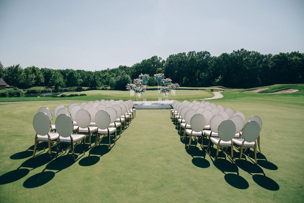 свадебная церемония на поле для гольфа